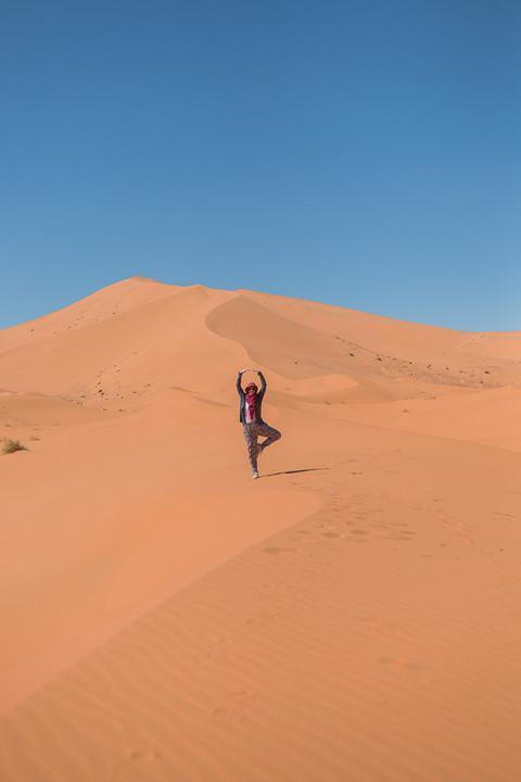 Ich mache Yoga in der Wüste
