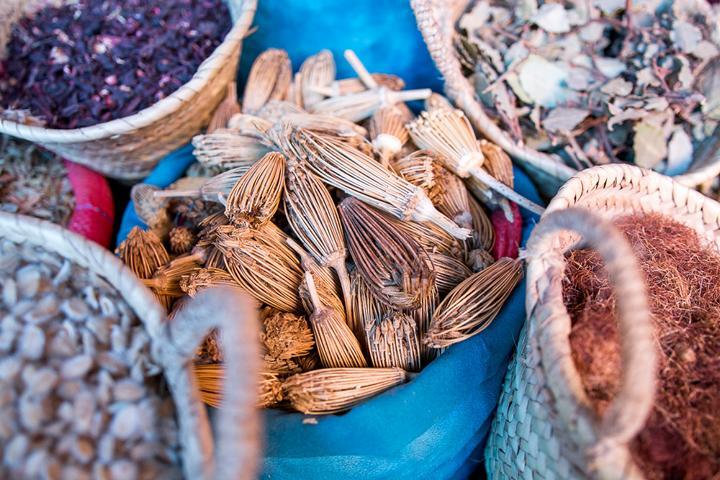 Orientalische Waren auf dem Marktplatz in Marrakesch
