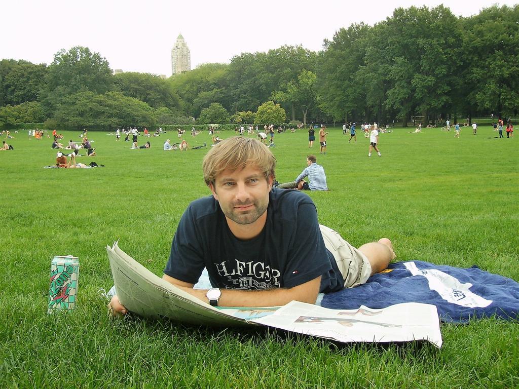 Zeitunglesen im Central Park
