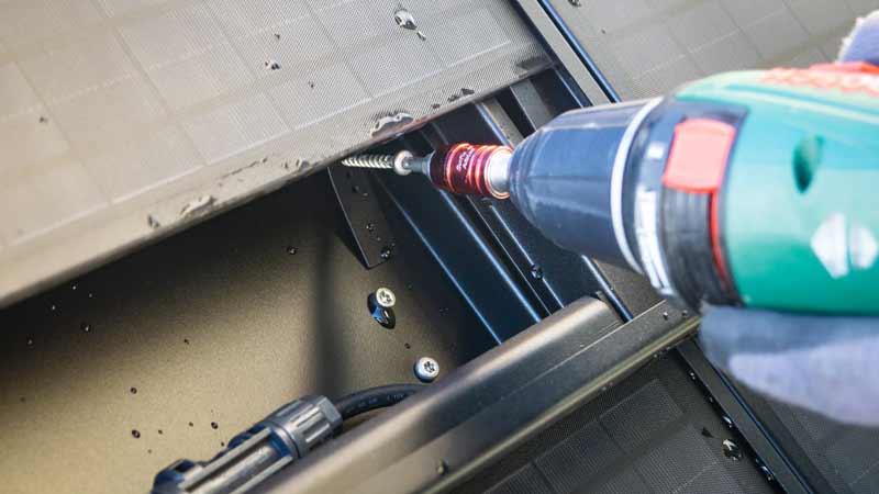 Lösen der Arretierung zum Herunterschieben des Glaspakets
