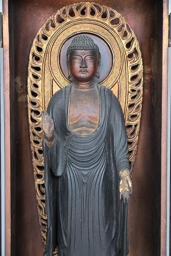 阿弥陀堂が開いているときは、空く側でお参りできます。