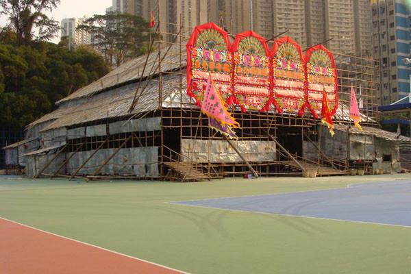 «戲棚 wiki 02» par GloriHo, HONG KONG. — Hong Kong, Southern, Aplichun.. Sous licence CC BY-SA 3.0 via Wikimedia Commons - https://commons.wikimedia.org/wiki/File:%E6%88%B2%E6%A3%9A_wiki_02.jpg#/media/File:%E6%88%B2%E6%A3%9A_wiki_02.jpg
