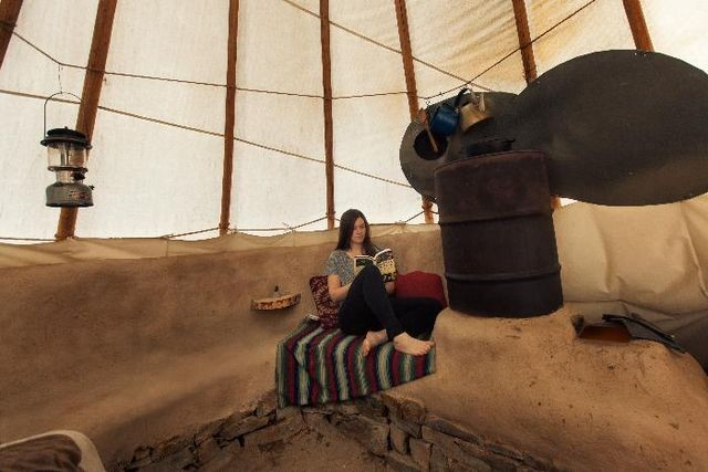 « Rocket Mass Heater Inside a Tipi » par Bryce Phelps. Sous licence CC BY 3.0 via Wikimedia Commons - https://commons.wikimedia.org/wiki/File:Rocket_Mass_Heater_Inside_a_Tipi.jpg#/media/File:Rocket_Mass_Heater_Inside_a_Tipi.jpg