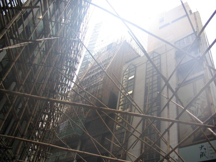 """Scaffolding Hong Kong"" by Felix Andrews (Floybix) - Treball propi. Licensed under CC BY-SA 3.0 via Wikimedia Commons - https://commons.wikimedia.org/wiki/File:Scaffolding_Hong_Kong.jpg#/media/File:Scaffolding_Hong_Kong.jpg"