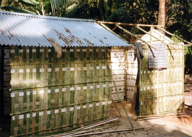 «Bamboo hut in Sylhet, Bangladesh» par joe — Bamboo Hut #4. Sous licence CC BY-SA 2.0 via Wikimedia Commons - https://commons.wikimedia.org/wiki/File:Bamboo_hut_in_Sylhet,_Bangladesh.jpg#/media/File:Bamboo_hut_in_Sylhet,_Bangladesh.jpg