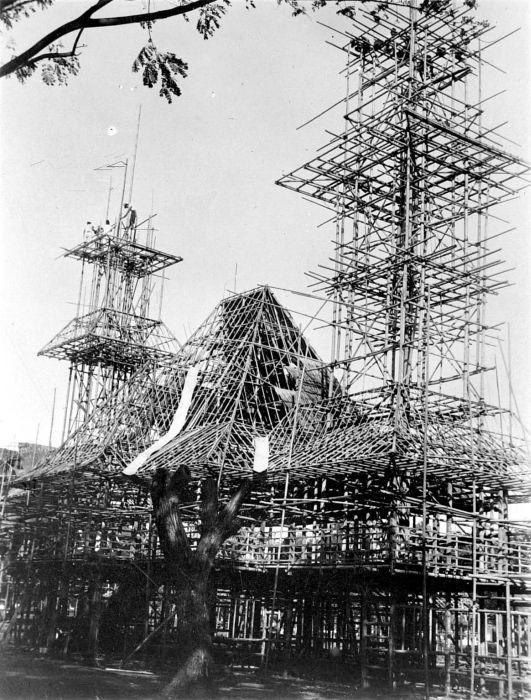 «COLLECTIE TROPENMUSEUM Bamboe-constructies voor de opbouw van de jaarmarkt 'Pasar Gambir' van 1934 te Jakarta Java TMnr 10002570» par Tropenmuseum, part of the National Museum of World Cultures. Sous licence CC BY-SA 3.0 via Wikimedia Commons - https:/