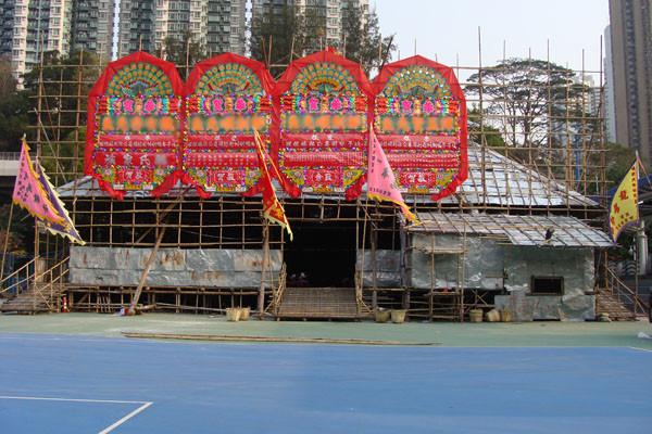 «戲棚 wiki 01» par GloriHo, HONG KONG. — Hong Kong, Southern, Aplichun.. Sous licence CC BY-SA 3.0 via Wikimedia Commons - https://commons.wikimedia.org/wiki/File:%E6%88%B2%E6%A3%9A_wiki_01.jpg#/media/File:%E6%88%B2%E6%A3%9A_wiki_01.jpg