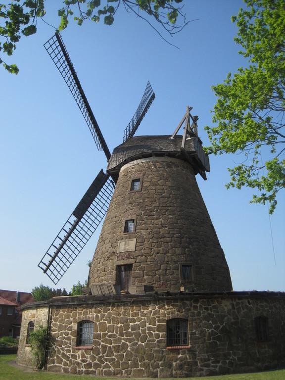 Windmühle Hartum  - aus Bergkirchener Sandbruchsteinen mit Umfassung