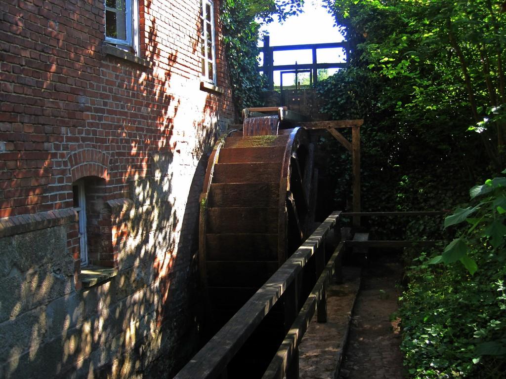 oberschlächtiges 3,80 m hohes Wasserrad am Stauteich