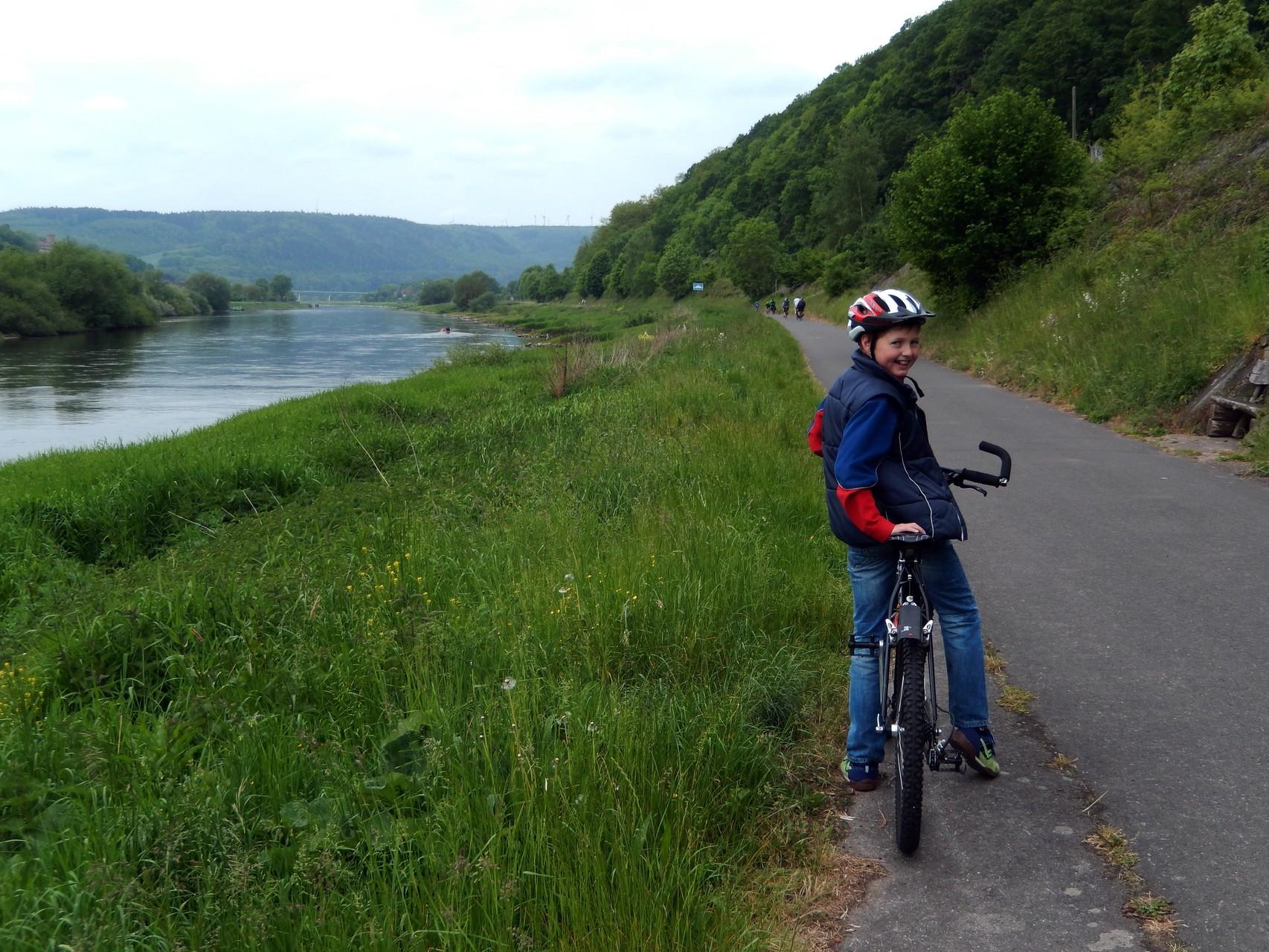 auf dem Radweg direkt an der Weser unterhalb der Hannover´schen Klippen