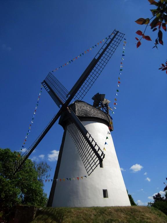 geschmückte Dützener Mühle von 1808 am deutschen Mühlentag 2012