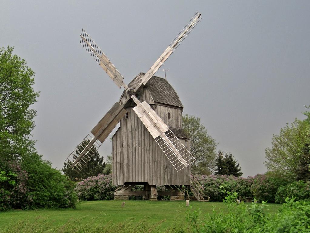 """Bockwindmühle Oppenwehe von 1705 - deutsche Mühle mit """"Seitentaschen"""""""