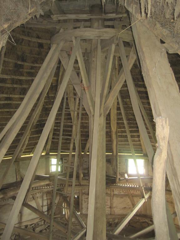 drehbare Holzsäule mit Kammrad an 16 Streben hängend