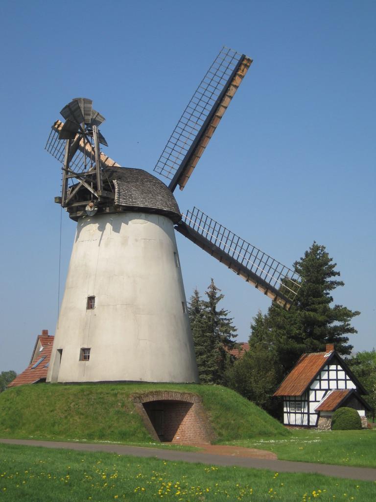 Wegholmer Mühle - Wall-Holländer von 1861 mit Segelflügeln und Windrose