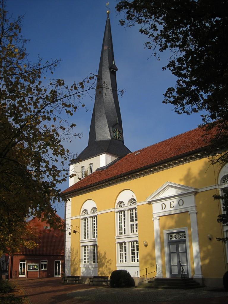 St. Jacobi-Kirche Stolzenau mit auffällig gedrehtem Kirchturm