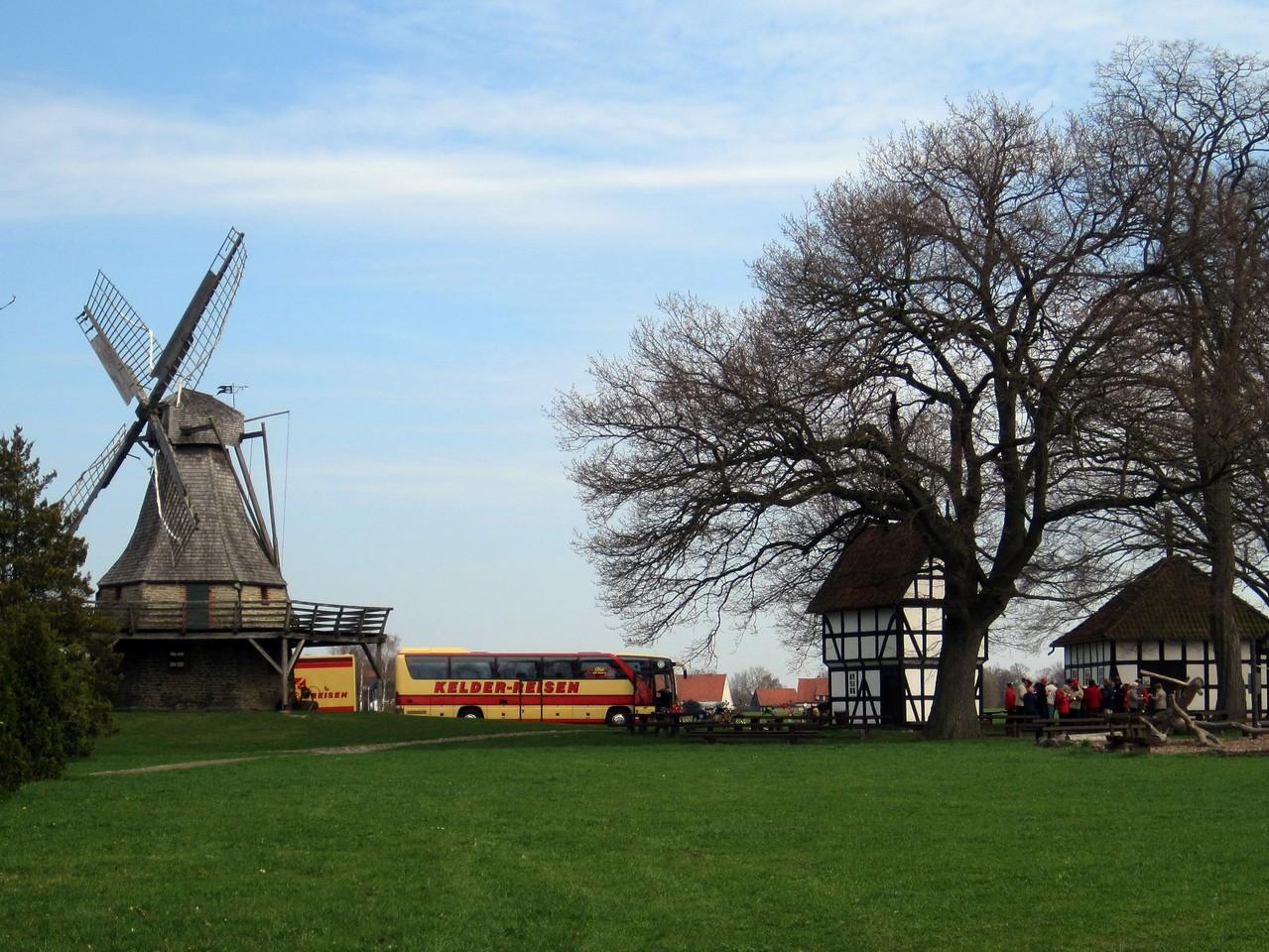 Kelder-Rad-Bus an der Windmühle Levern