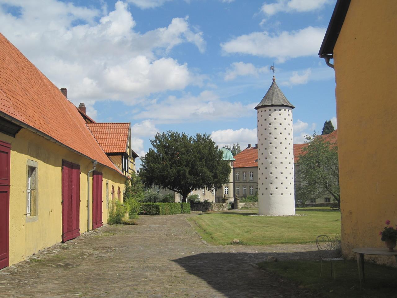 Taubenturm und Wirtschaftsgebäude