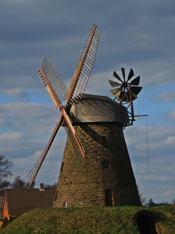 Greftmühle Nordhemmern mit 9-blättriger Windrose und intakter Mahltechnik