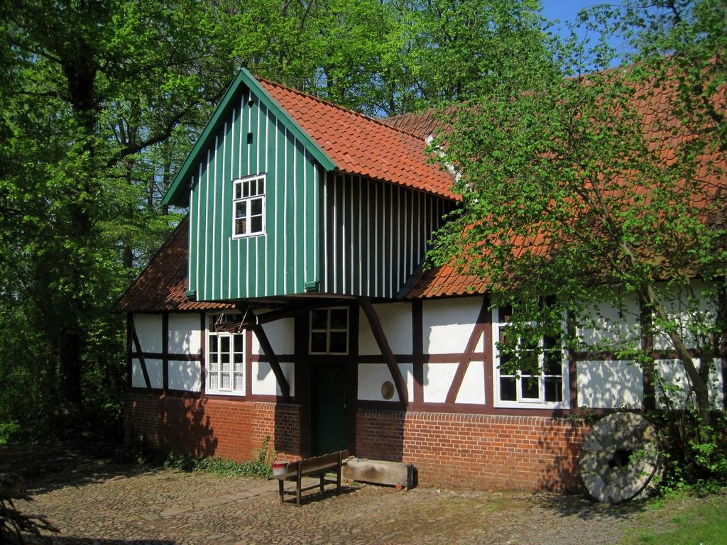Plaggen Mühle (um 1751) in Döhren mit funktionsfähiger Sägemühle