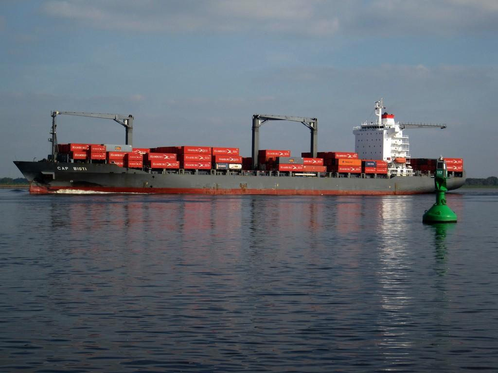Containerschiff auf Elbe stromabwärts