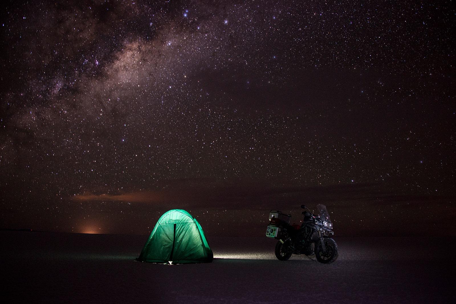 Ricardo Baggio acampado no meio do Salar de Uyuni
