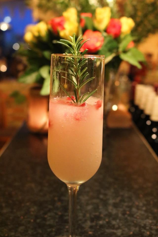 🌺 Soft blossom 🌺 Secco mit Hibiskus-, Orangenblütenlikör, Limettensaft und Granatapfelkernen, garniert mit Rosmarinstängel