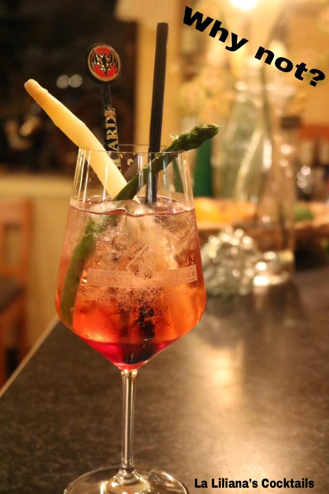 Why Not ? Bacardi Superior, Rhabarbersirup, Erdbeersirup, Ginger Ale und Secco bianco, mit Spargel garniert