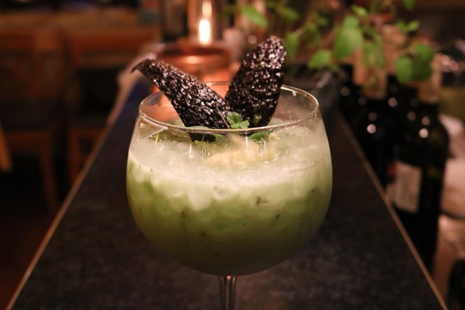 Greeny... Bombay Sapphire Gin, Avocado, Naturjoghurt, Chiasamen, Zitronensaft, mit Ginger Ale aufgefüllt, garniert mit Ingwer und Minze