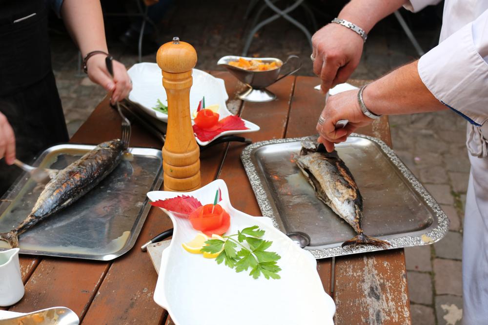 Bonito Fisch aus dem tropischen Meer, am Tisch filetiert (Tagesempfehlung)