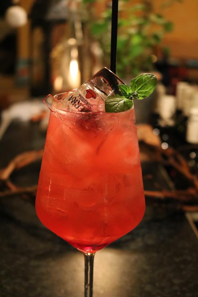 🌵Gingerila 🌵 Tequila mit Granatapfelsirup, Limettensaft und Ginger Ale, mit Chilifäden und Minze garniert