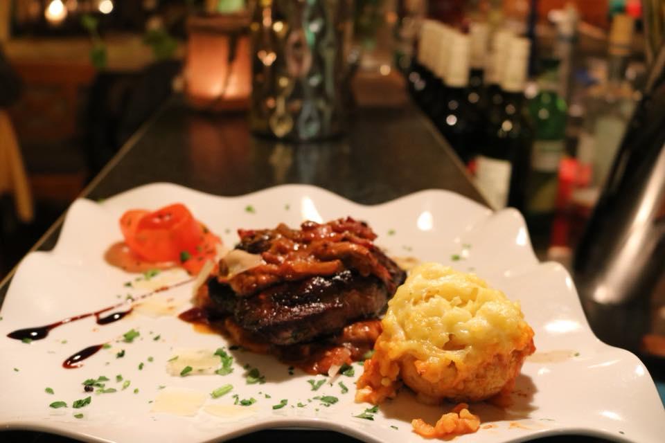 Valentinstag 2018 - Fleischmenü... Hauptgang:  Rinderfilet vom Grill auf einem Bett von Steinpilzen und Cocktailtomaten, serviert mit Safranrisotto gefülltem Champignonkopf