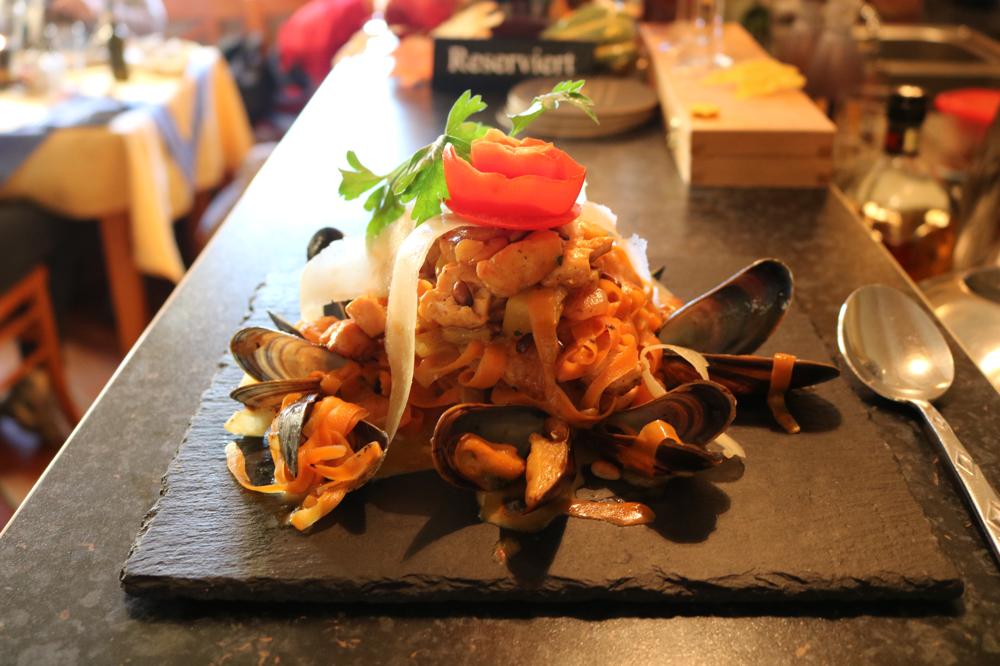 Karottenstreifen mit Lachsfilet, Shrimps, Kürbis und Pinienkernen in feiner Whisky-Safrancreme, mit Miesmuscheln garniert ( Low-Carb Gericht )