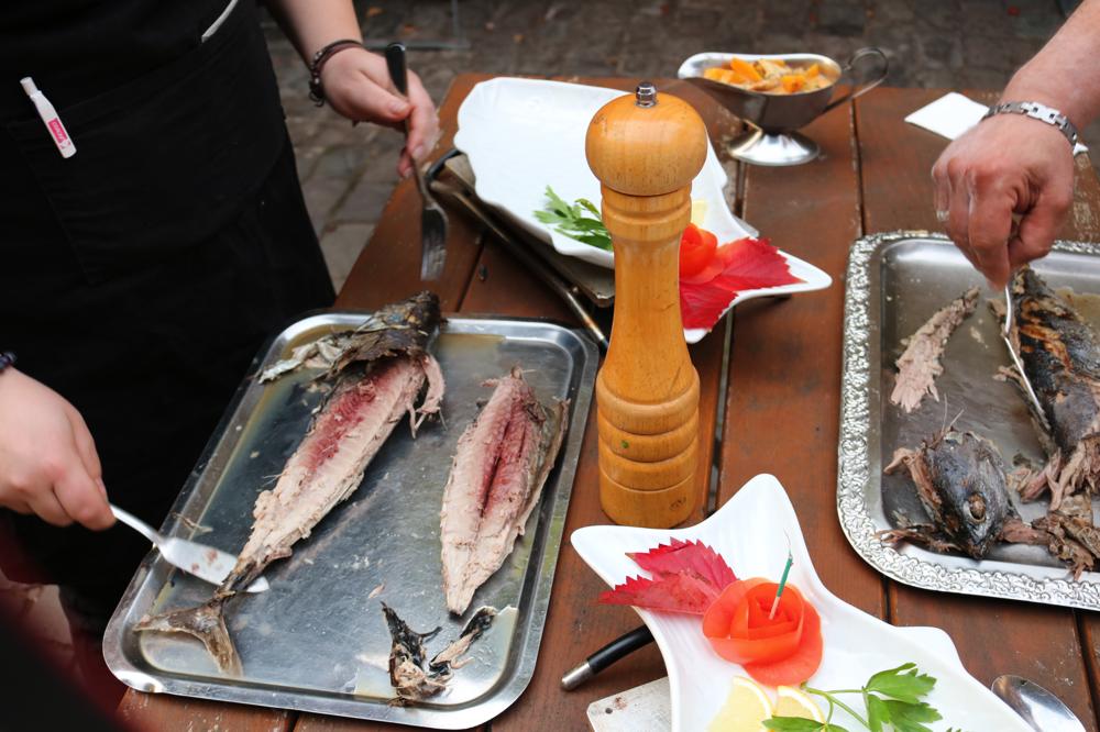 Bonito Fisch aus dem tropischen Meer, am Tisch filetiert