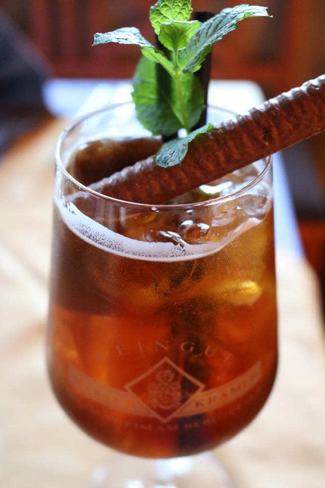 ESPRESSO SPRITZ ... Secco mit eisgekühltem Espresso-Shot, Chai Teekonzentrat und Ginger Ale, garniert mit frischer Minze, Espressoeiswürfel und Schokoladen-Minz-Stange
