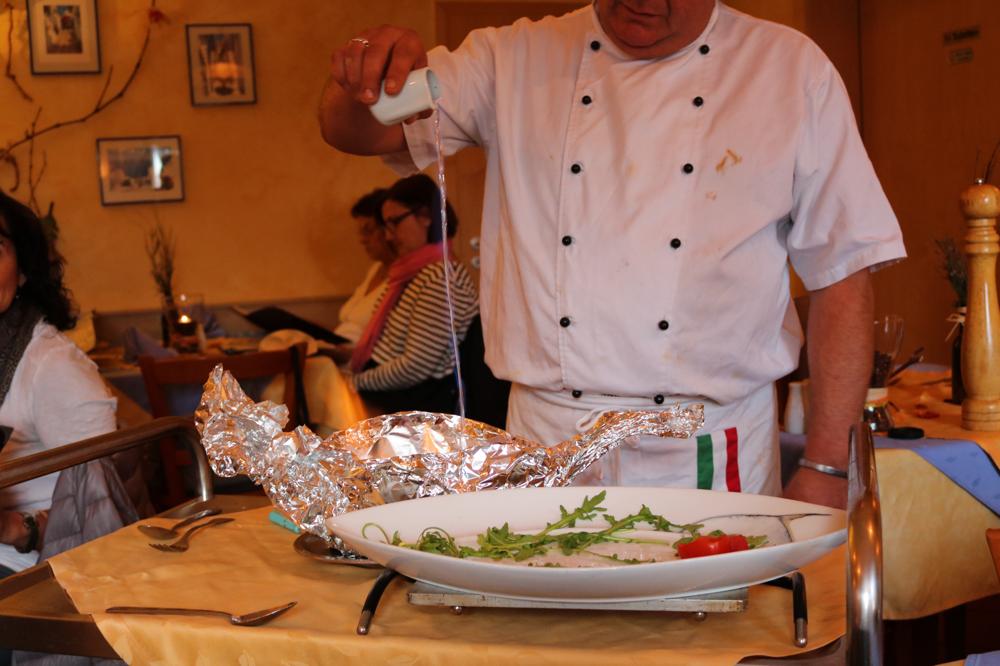Tagliatelle Mare Monte am Tisch serviert (Spezialitätenkarte Herbst)