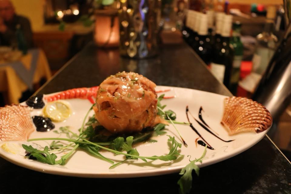 Valentinstag 2018 - Fischmenü ... 1.Gang:  Safranreisbällchen gefüllt mit Brokkoli und Mozzarella, umhüllt von Räucherlachs und Sesam auf edler Champagnercreme