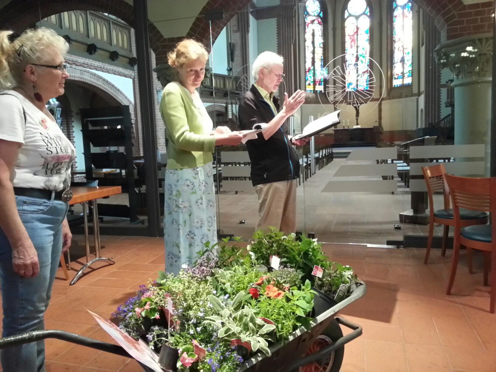 Lyrik in der Pauluskirche - mit rollendem Klushof-Gärtchen