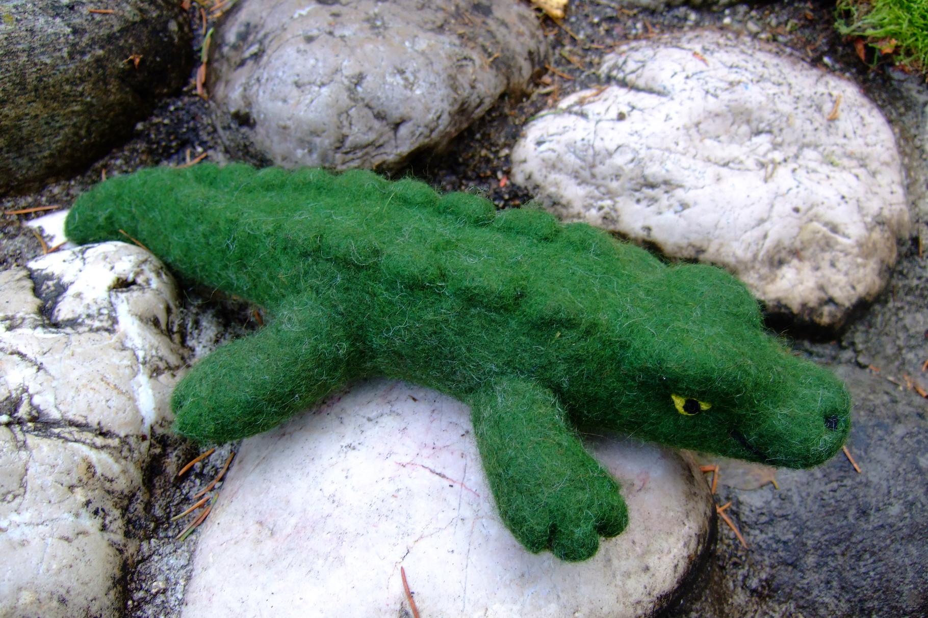 Grünes Krokodil aus Filz
