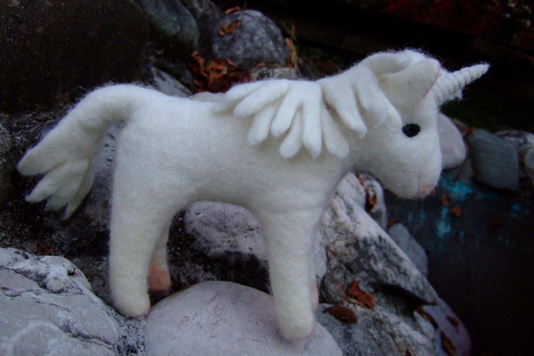 Weißes Einhorn aus Filz mit Silberfäden bestickt