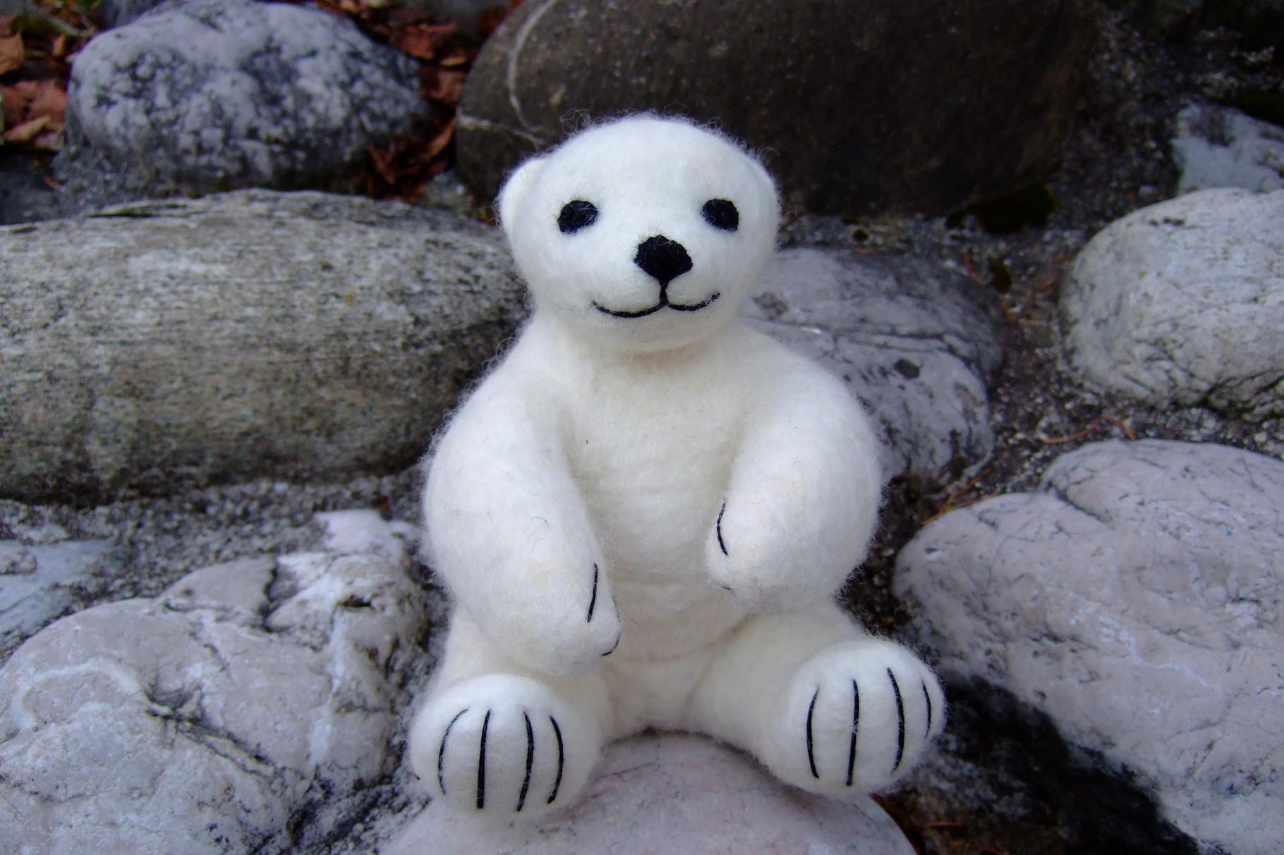 Sitzender Eisbär aus Filz