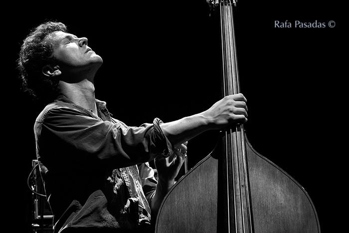 Stephan Crump al contrabajo. Vijay Iyer Trio en el XXI Festival de jazz y blues de Pontevedra. Mayo 2013