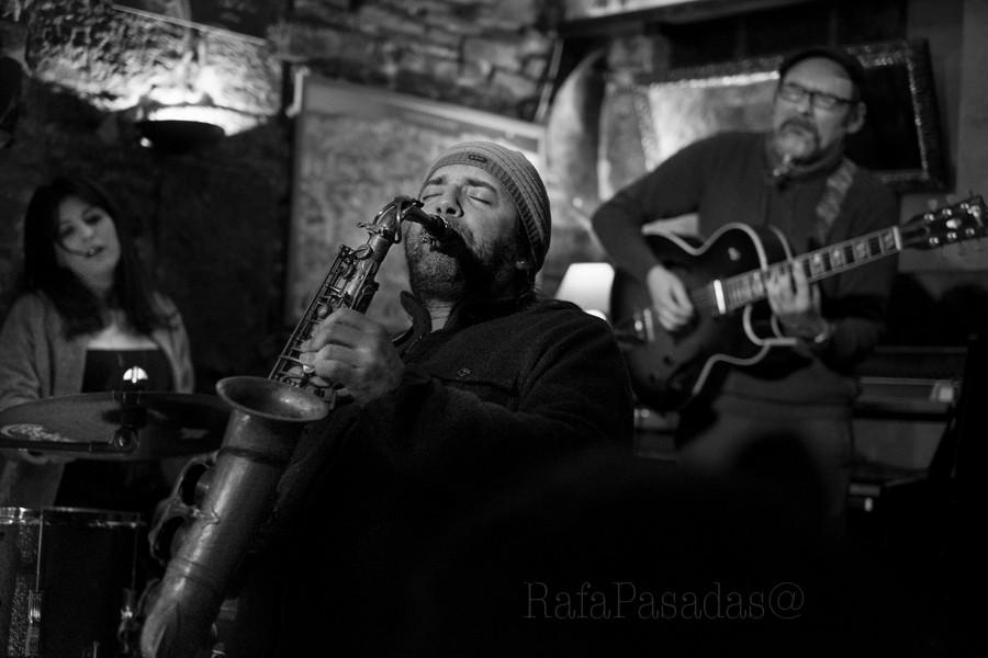 """Pablo Castaño (Sax) participando en la jam session de la """"Borriquita de Belem"""", con Marcos Pin (Guitar) y Naíma Acuña (Drums). 18-2-2016 Santiago Compostela"""