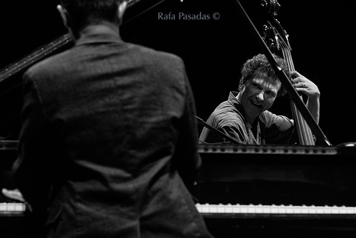 Vijay Iyer al Piano y Stephan Crump al contrabajo. Vijay Iyer Trio en el XXI Festival de jazz y blues de Pontevedra. Mayo 2013