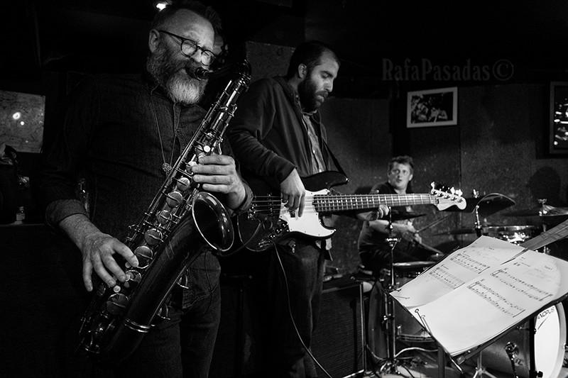 Oscar Gudjonsson Saxo Tenor, Chris Tordini Bajo y Jim Black a la Bateria. Concierto de Jim Black New Quartet en el Xancarajazz, Vigo. VIII Ciclo de Jazz 1906.