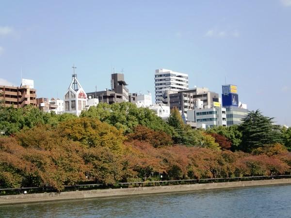 船上からの眺めです。桜並木が紅葉を始めています。