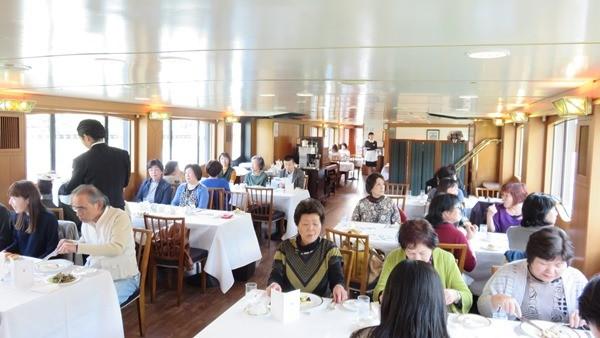 船内での食事風景です
