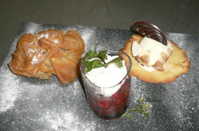 Tros desserts assortis du menu gastronomique du jour
