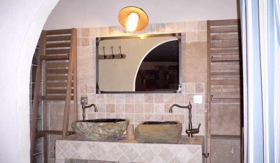 """Vasques en bois fossilisé de la chambre d'hôtes """"fleur de lin"""""""