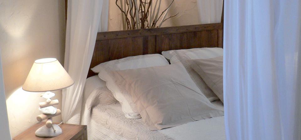 Lit à baldaquin romantique et zen pour de douces nuits