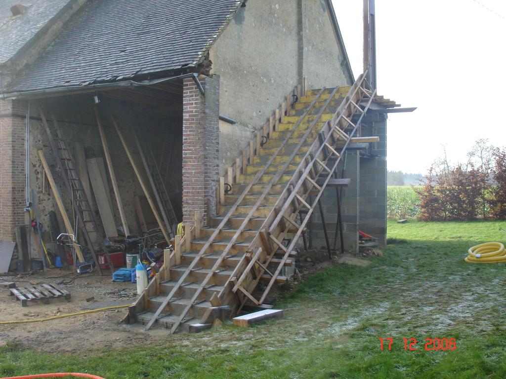 coffrage escalier en béton armé, coulage effectué (photo)